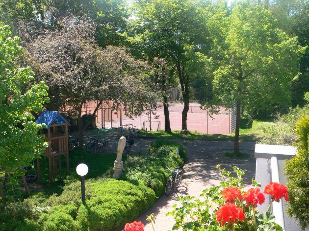 Blick von der Terrasse auf die Anlage